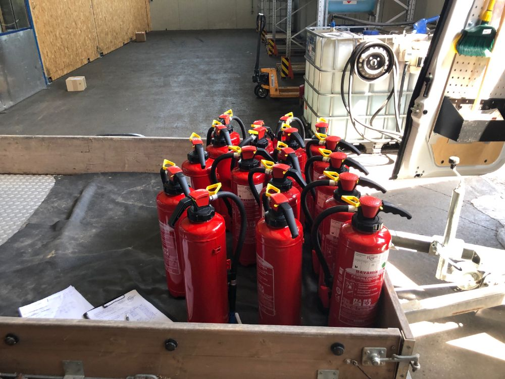 Feuerlöscher müssen mit Brandschutzzeichen entsprechend der europaweit geltenden Norm nach DIN EN ISO 7010 und den Arbeitsschutzvorschriften nach ASR 1.3. versehen sein. Foto: Brandschutz Claus
