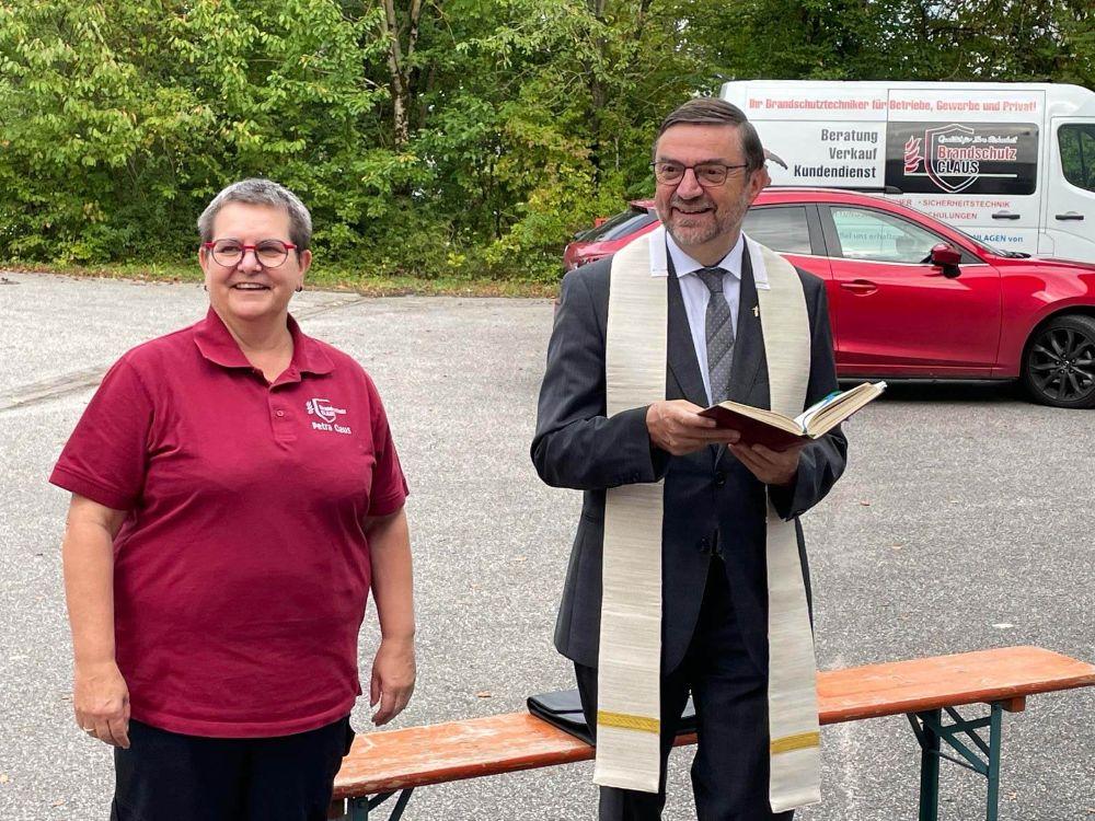 Pfarrer Franz Wiesner mit Geschäftsführerin Petra Claus bei der feierlichen Segnung des neuen Standorts (Foto: Brandschutz Claus).